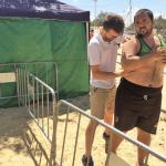 Fisioterapeuta tratando a un jugador de balonmano playa