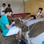 Tratamiento del podólogo a un jugador de balonmano playa