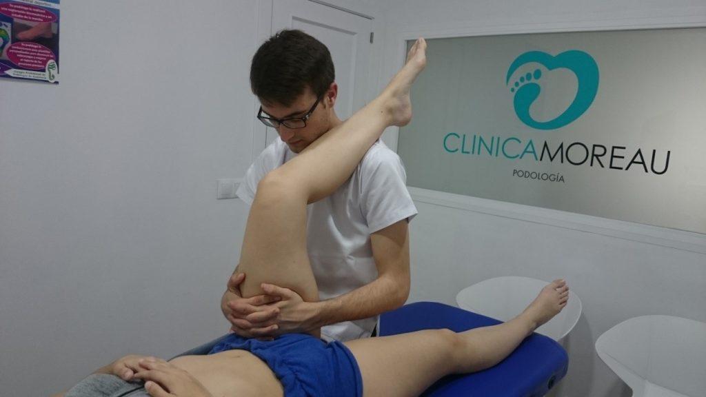 Fisioterapeuta tratando paciente